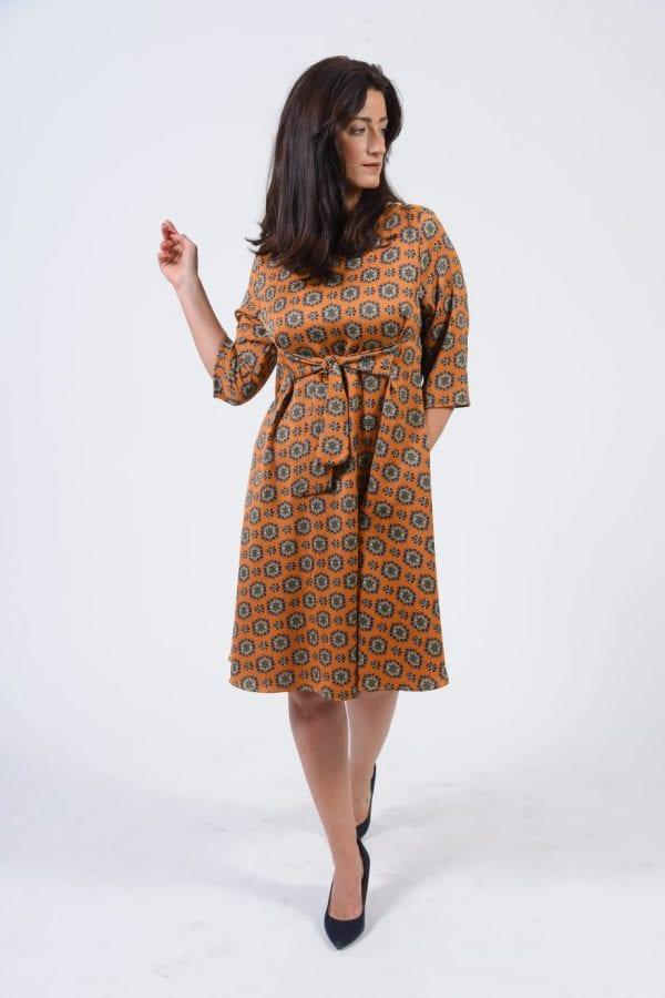 שמלת קשירה צבע גאומטרי חרדל צבעוני