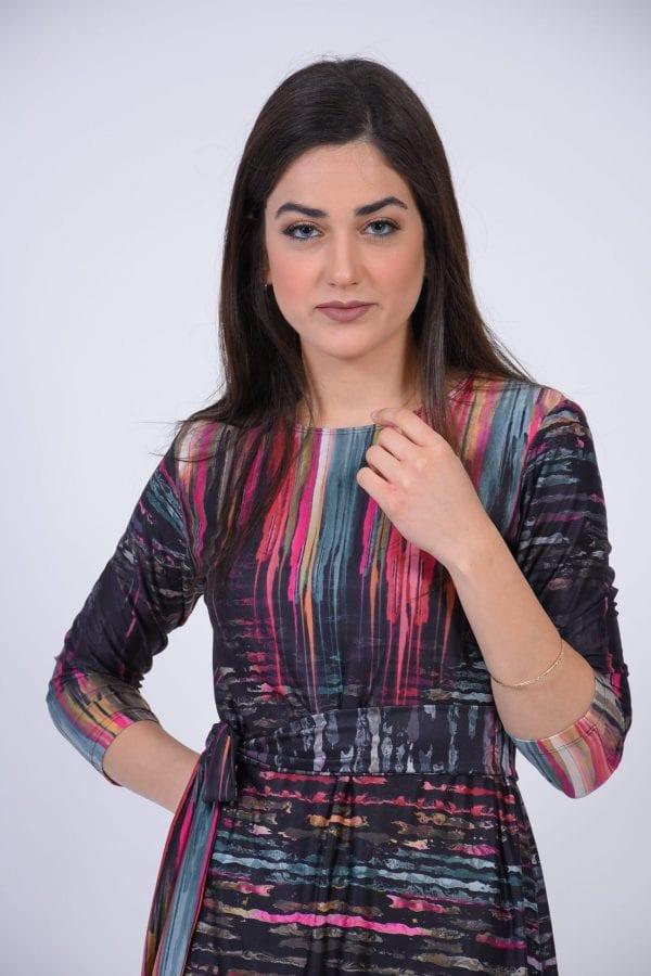 שמלת אמילי צבעונית בד לייקרה.