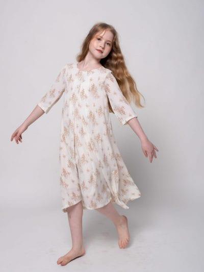 ילדה לובשת שמלה צנועה