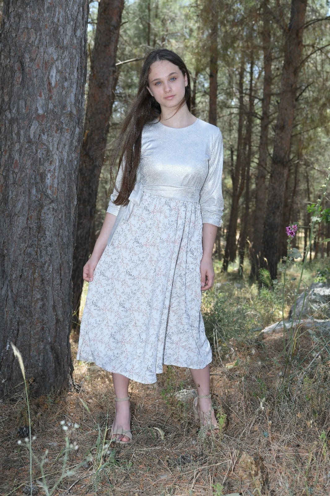 שמלת ורד נערות חלק עליון פנינה -שמנת חלק תחתון רקע שמנת עלים עדינים בורוד ותכלת