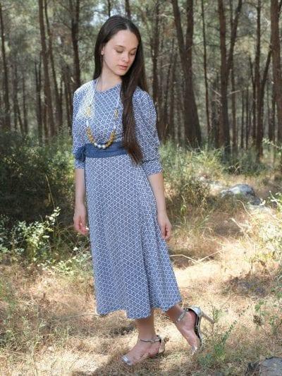 שמלת מאיה כחול נייבי על רקע לבן פנינה