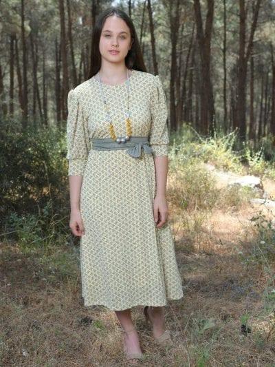 שמלת מאיה צהוב לימון על רקע ירקרק לבן פנינה